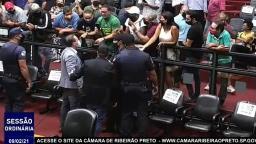 Vereador discute com manifestantes na Câmara de Ribeirão