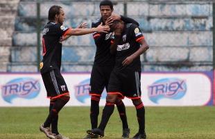 Rogério Moroti / Agência Botafogo - Atacante Isac (à direita) chora após desencantar na Série C e é abraçado por Zotti e Tiago Marques