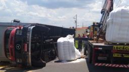 Caminhão tomba e bloqueia via do bairro Nassif em Jaguariúna