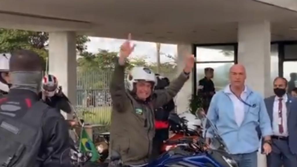 O presidente Bolsonaro durante passeio de moto neste domingo (9) - Foto: Reprodução