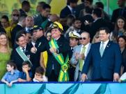 Bolsonaro quebra protocolo, prestigia Moro e recebe empresários em desfile
