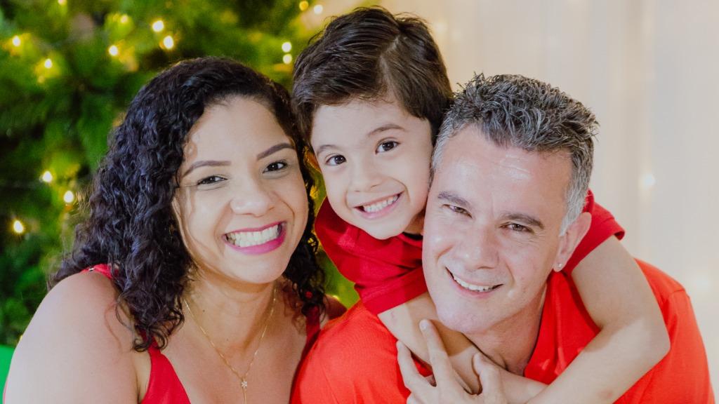 Jaqueline Macarios ao lado do filho e do esposo; gestante superou internação por covid (Foto: Divulgação / Rede social) - Foto: Divulgação / Redes Sociais
