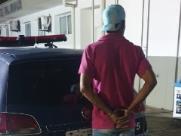 Jardineiro é preso após agredir esposa com uma vassoura