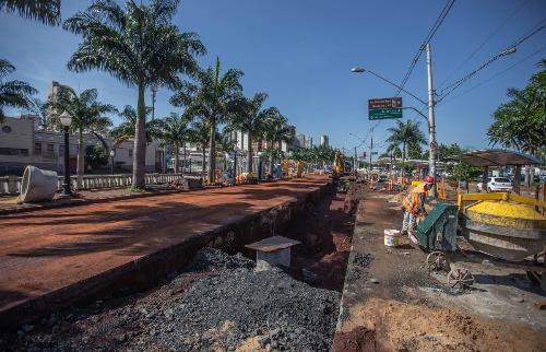 Obras da troca da rede de esgoto segue na avenida Jerônimo Gonçalves (Foto: Weber Sian / ACidade ON) - Foto: ACidade ON - Ribeirão Preto