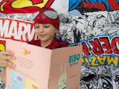 Aos quatro anos, João Pedro já se acostumou com os livros que recebe uma vez por mês - Foto: Matheus Urenha / A Cidade