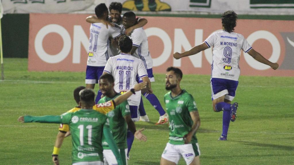 Jogadores do Bugre reclamam de lance que resultou em gol do Cruzeiro (Foto: Luciano Claudino/Código 19) - Foto: Luciano Claudino