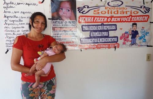 ACidade ON - Araraquara - Júlia com a filha Nathália. Atrás, faixas e cartazes com manifestação de carinho de pessoas que ajudaram (Willian Oliveira/ACidadeON/Araraquara)