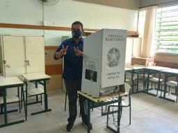Candidato a prefeito de São Carlos, Julio Cesar (PL) vota na escola Andrelino Vieira