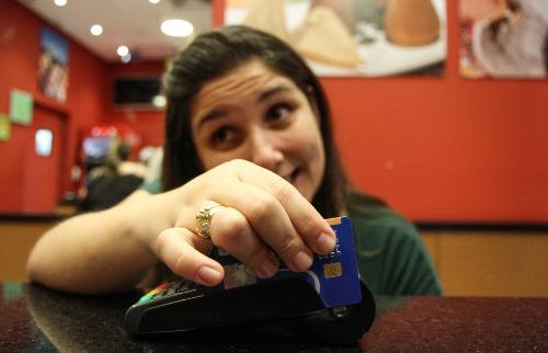 Amanda Rocha/Tribuna-25.jul.2016 - Juros do cheque especial e do cartão de crédito no Brasil são os mais caros do mundo
