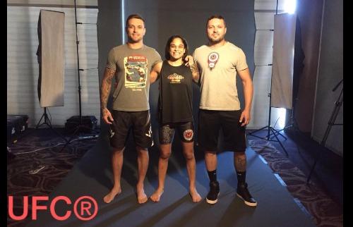 ACidade ON - Araraquara - Lívia Renata posa ao lados dos treinadores Vinicius e Kleber em imagem já com a marca UFC (Divulgação)
