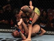 Em decisão dividida, Livinha supera Sarah Frota e garante segunda vitória no UFC