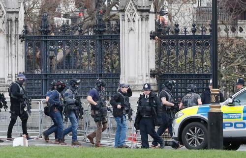 Policiais são vistos próximos ao Parlamento Britânico - Foto: Policiais são vistos perto do Parlamento Britânico em Londres (foto: Foto: Kirsty Wigglesworth/Associated Press/Estadão Conteúdo)
