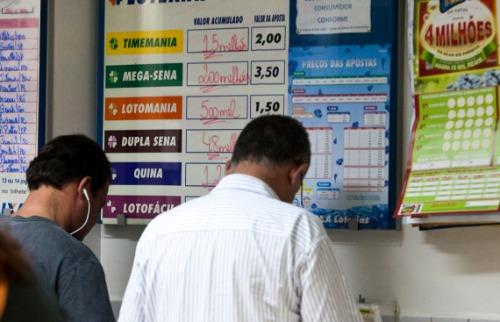 Jogadores fazem apostas em lotérica - Foto: Milena Aurea / A Cidade