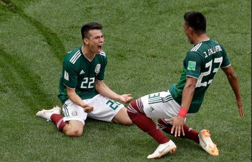Lozano (esq.) comemora único gol da partida que deu vitória ao México (Foto: Michael Probst/Associated Press/Estadão Conteúdo) - Foto: ACidade ON