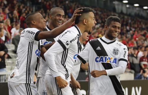 Folha Imagem - Lucca é festejado pelos seus colegas da Ponte: foram dele os dois gols da vitória