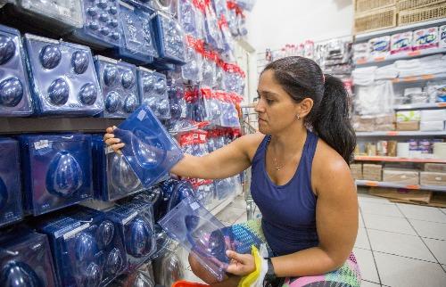 Weber Sian / A Cidade - Produção caseira: A dona de casa Luciane Alves, 33, buscou a produção própria para fugir dos altos preços dos ovos de Páscoa nos supermercados (foto: Weber Sian / A Cidade)