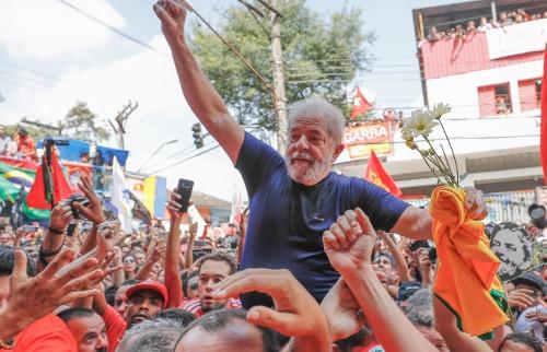 Ricardo Stuckert / Fotos Públicas - Lula é carregado por militantes após encerrar discurso neste sábado