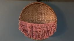 Macramê feito com barbante numa peneira de fibra natural
