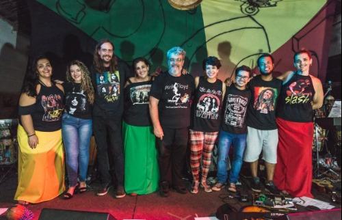 Grupo estreia apresentando clássicos do rock dos anos 1960 com ritmos variados (Foto: Deva Mile). - Foto: Deva Mile
