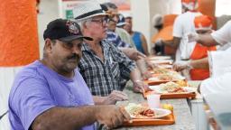 Com almoço a R$ 1, Bom Prato é meio de sobrevivência de idosos