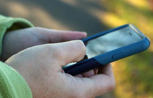 Mão segurando celular - Foto: Divulgação