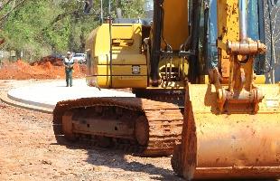 F.L.Piton / A Cidade - A Cidade flagrou máquina parada nas obras de duplicação da avenida na zona Norte; em dois meses de obra, só calçada de condomínio ficou pronta