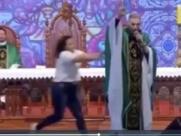 Padre Marcelo Rossi é empurrado por mulher em missa e cai do palco