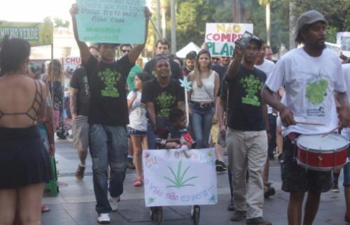 Milena Aurea / A Cidade - Manifestantes saíram do Centro da cidade em direção ao Morro do São Bento com o objetivo de levar às ruas reivindicações sobre o uso medicinal e o fim da guerra às drogas