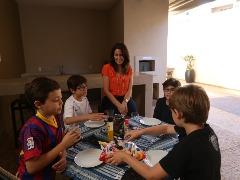 Piquenique improvisado é opção para reunir os filhos de Márcia Pagnano Solano e os amigos do prédio - Foto: Milena Aurea / A Cidade