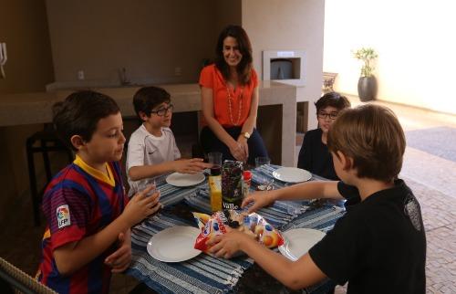 Milena Aurea / A Cidade - Piquenique improvisado é opção para reunir os filhos de Márcia Pagnano Solano e os amigos do prédio