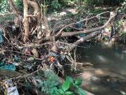 Entulho descartado no Córrego do Tanquinho gera reclamação