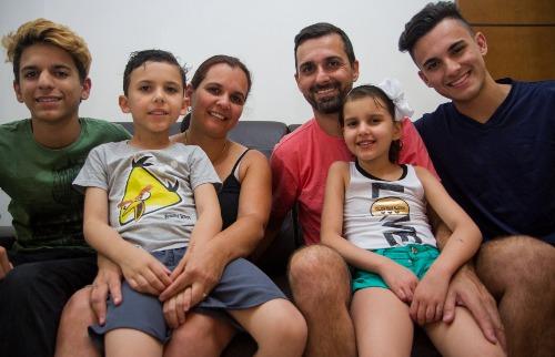 Tribuna Araraquara - Mateus e Daniela são pais do João Pedro, João Gabriel, Ana Beatriz e João Rafael; união da família foi fundamental para tratamento da Aninha (Amanda Rocha/Tribuna)