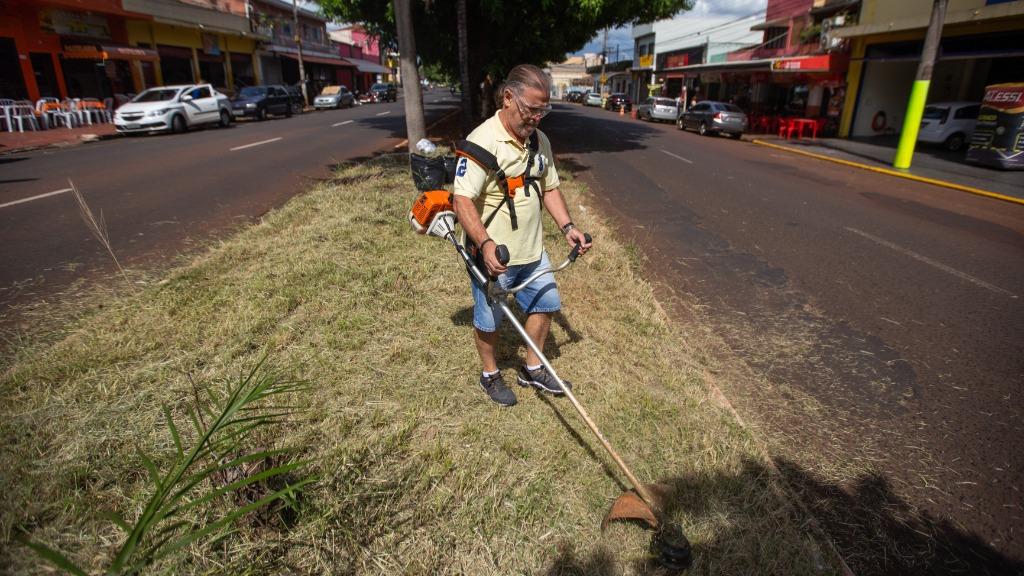 Seu Cláudio resolveu cortar o mato da Via do Café (Foto: Weber Sian / ACidade oN) - Foto: ACidade ON - Ribeirão Preto