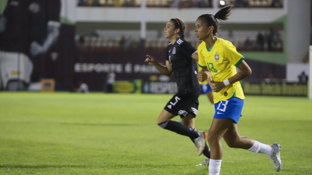 Meia Aline Milene em jogo da Seleção Brasileira na Arena da Fonte (Foto: Amanda Rocha/ACidadeON) - Foto: Amanda Rocha