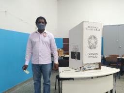 Candidato a prefeito de São Carlos, Mestra Taroba (Avante) vota na escola Angelina