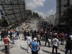 Equipes de resgate e voluntários são vistos em um edifício parcialmente destruído no centro da Cidade do México - Foto: EDUARDO VERDUGO/ASSOCIATED PRESS/ESTADÃO CONTEÚDO