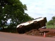 Micro-ônibus tomba em rodovia entre Serrana e Altinópolis