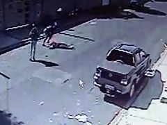 Momento em que assaltantes derrubam mulher na rua - Foto: ACidade ON - Araraquara