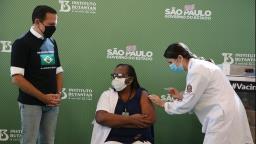 Enfermeira é a primeira vacinada após liberação da Anvisa