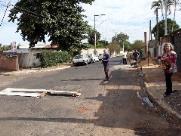 Direto do Zap: Revoltada, moradora instala lombada improvisada no São Geraldo