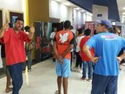 Garoto de 12 anos tem ideia e grupo leva moradores de rua ao cinema