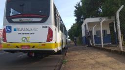 Moto para embaixo de ônibus em acidente na Expressa