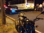 Motociclista fica ferido após colidir na traseira de ônibus