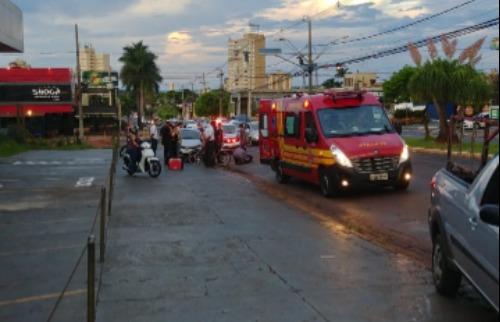 Motociclista ficou ferida após acidente com carro na avenida Independência - Foto: Marcelo Fontes