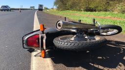 Anhanguera: Motociclista fica ferido após batida com caminhão