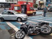 Motociclista atinge carro durante conversão na Avenida São Carlos