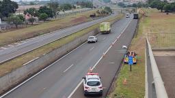Homem em motocicleta morre ao ser atingido por caminhão em Araraquara