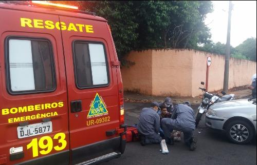 Motociclista recebe atendimento de homens do Corpo de Bombeiros (Willian Oliveira/ACidadeON/Araraquara) - Foto: ACidade ON - Araraquara