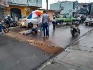 Motociclista cai em valeta aberta pelo Saae na Av. Sallum