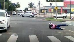 Vídeo: motociclista é lançado em avenida após bater em carro